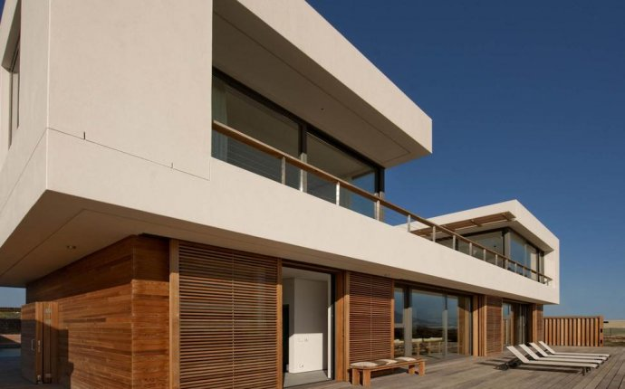 Beach House With Reconfigurable Wood Panels